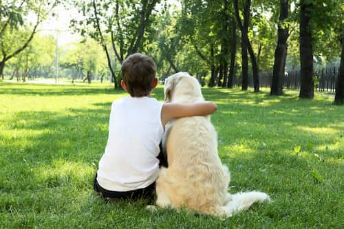 garçon avec son chien à London
